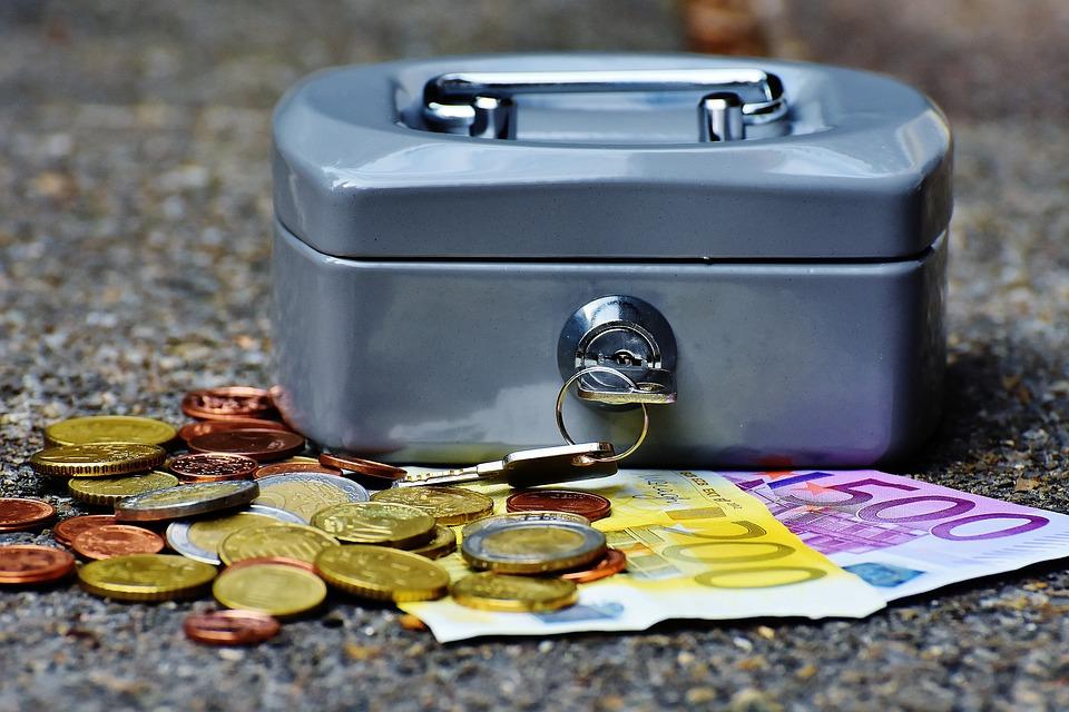 Guardar dinero en el banco o en casa